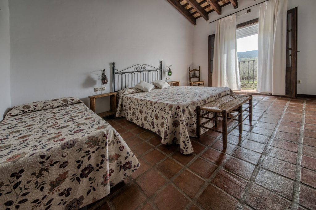 Dormitorio para 3 personas, cama de matrimonio, cama supletoria. Casa en Arcos de la Frontera. Casa Rural en Cádiz.