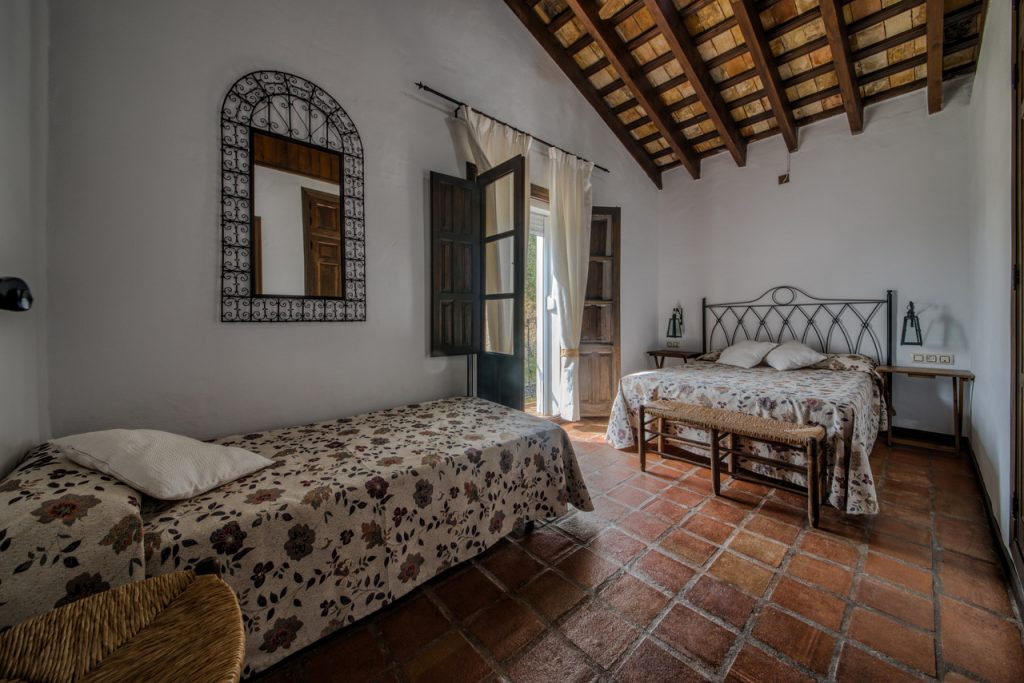 Dormitorio con cama de matrimonio y cama individual. Casa rural en Cádiz. Arcos de la Frontera